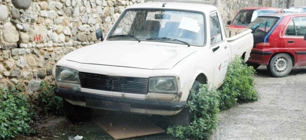 """Επιχείρηση """"σκούπα"""" από τον Δήμο Τρικκαίων – """"θα τα πάρει και θα τα σηκώσει"""" τα εγκαταλελειμένα αυτοκίνητα"""