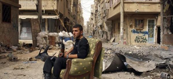Η συγκλονιστική στιγμή της διάσωσης ενός μωρού από τα χαλάσματα του σπιτιού του στο Ιντλίμπ της Συρίας, έπειτα από βομβαρδισμό (βίντεο)