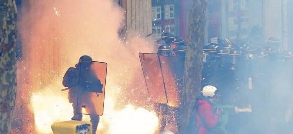 Σφοδρές απεργίες στην Γαλλία: Eργαζόμενοι έχουν καταλάβει 5 διυλιστήρια
