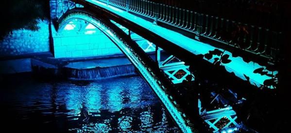 Tρίκαλα – Εντυπωσιακός ο φωτισμός της κεντρικής πεζογέφυρας
