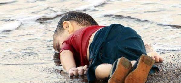 Δύο χρόνια μετά τον μικρό Αϊλάν, 8.500 πρόσφυγες έχασαν τη ζωή τους στη Μεσόγειο