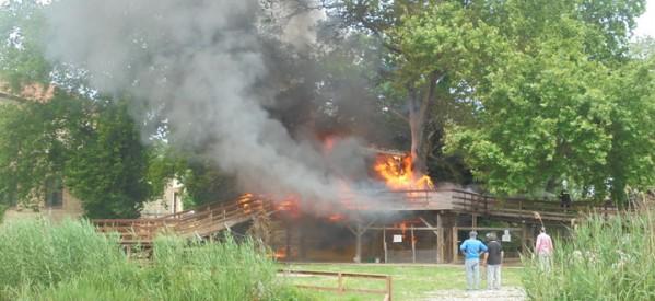 Μεγάλη φωτιά κατέστρεψε ολοσχερώς  το σπίτι του Άη Βασίλη στο Μύλο Ματσόπουλου