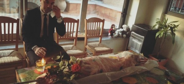 Απίστευτο σκηνικό πλάκας …. «Έκλαψαν» τον οβελία σε στυλ κηδείας σε σπίτι Τρικαλινών !!!