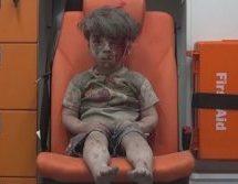 ΓΡΟΘΙΑ ΣΤΟ ΣΤΟΜΑΧΙ – Πεντάχρονος μετά από αεροπορική επιδρομή στη Συρία (ΒΙΝΤΕΟ)