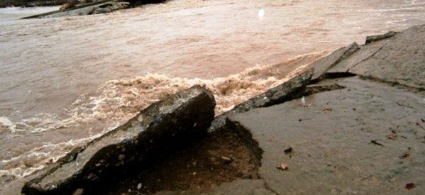 Πρόσφυγες βοηθούν πλημμυροπαθείς στα Τρίκαλα