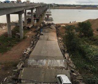 Η τρομακτική στιγμή της κατάρρευσης μιας γέφυρας γεμάτης αυτοκίνητα (Video)