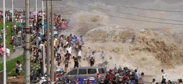 Παλιρροϊκό κύμα «καταπίνει» τουρίστες στον ποταμό Κιαντάνγκ στην Κίνα (Video, photo)