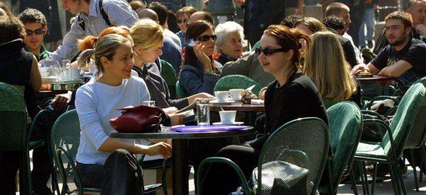 Υπάρχουν ακόμα ηλίθιοι που μετράνε τη ζωή με το αν είναι γεμάτη μια καφετέρια!