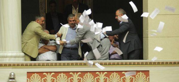 Χαμός στη Βουλή: Στελέχη της Λαϊκής Ενότητας πέταξαν φυλλάδια στην αίθουσα της Ολομέλειας