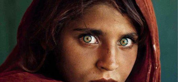 """Συνέλαβαν τα διασημότερα """"πράσινα μάτια"""" – H γυναίκα – εξώφυλλο του National Geographic & η ιστορία της"""