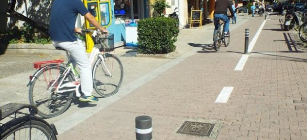 Κολωνάκια στην παράνομη στάθμευση Ι.Χ. στον ποδηλατοδρόμο της Κονδύλη