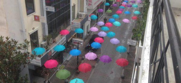 Ο πεζόδρομος με τις αιωρούμενες ομπρέλες στα Τρίκαλα