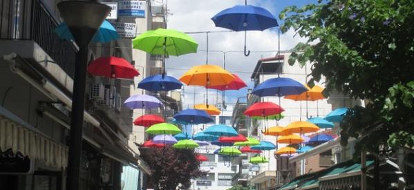 «Αέρας» …Ευρώπης στα Τρίκαλα – Οδός Απόλλωνος ,  ο πεζόδρομος με τις αιωρούμενες ομπρέλες