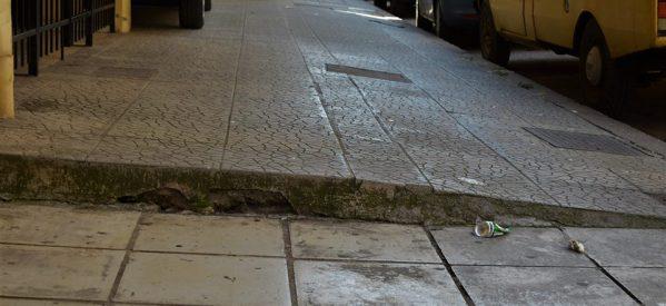 «Γολγοθάς» τα Τρίκαλα για τα άτομα που κινούνται με αμαξίδια ή μητέρες με καροτσάκια, όταν κινούνται σε στενά πεζοδρόμια