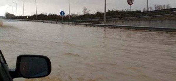 Απίστευτο βίντεο: Σε ποτάμι μετατράπηκε η εθνική οδός στην Κατερίνη [εικόνα & βίντεο]  Πηγή: Απίστευτο βίντεο: Σε ποτάμι μετατράπηκε η εθνική οδός στην Κατερίνη [εικόνα & βίντεο]   iefimerida.gr