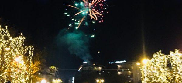 Λαμπερή η Πρωτοχρονιά στα Τρίκαλα – Χιλιάδες Τρικαλινοί στην κεντρική πλατεία της πόλης υποδέχθηκαν τη νέα χρονιά