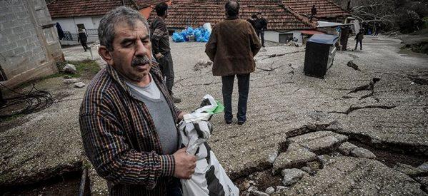 Πιαλεία Τρικάλων: Αφήνουν τα σπίτια τους που καταρρέουν από τις κατολισθήσεις