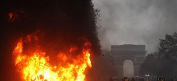 «Φλέγεται» το Παρίσι : Κόλαση με πάνω από 100 τραυματίες και συλλήψεις στα «Κίτρινα Γιλέκα»