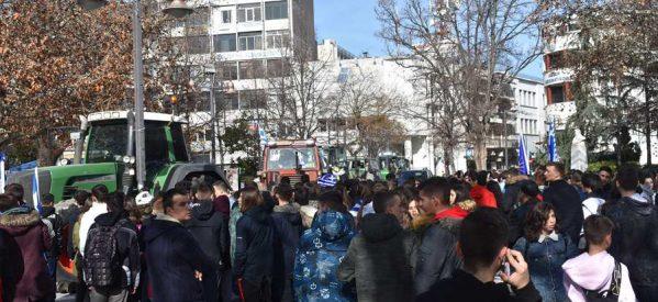 Τρακτέρ και μαθητές κατέκλυσαν την Κεντρική Πλατεία της Λάρισας για τη Μακεδονία