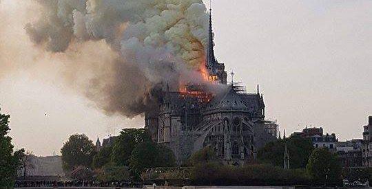 Καίγεται η Παναγία των Παρισίων – Συναγερμός στη Γαλλία