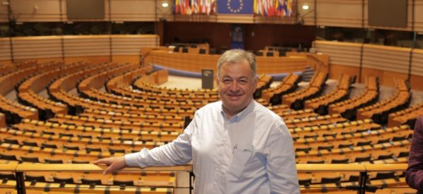 O Γιώργος Λογιάδης με πολλές περγαμηνές , υποψήφιος στο ευρωψηφοδέλτιο του Γιάνη Βαρουφάκη