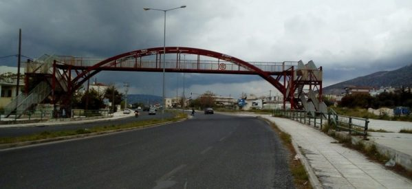 Βόλος – Αστυνομικοί έσωσαν 13χρονη που πήδηξε από πεζογέφυρα