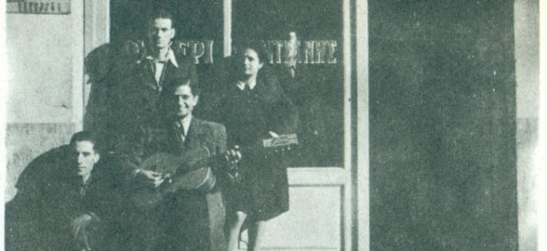"""Ο Bασίλης Τσιτσάνης μπροστά στο ουζερί """"Τσιτσάνης"""" στα Τρίκαλα"""