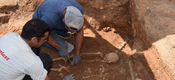 Κοζάνη : Η «πλούσια» νεκρή της Μαυροπηγής – Σπάνια στον ελλαδικό χώρο η χάλκινη νεκρική κλίνη που αποκάλυψε η αρχαιολογική σκαπάνη