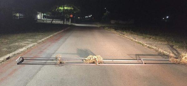Κίνδυνος στη Φαρκαδόνα – Ασυνείδητοι έριξαν μπάρες στο δρόμο