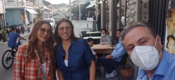 Η Έλενα Παπαρίζου ξεναγεί την Δέσποινα Βανδή στο Μουζάκι