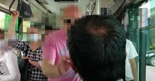 «Εδώ κάνω κουμάντο εγώ»: Οδηγός λεωφορείου σηκώνει αλλοδαπό επιβάτη από τη θέση του (Video)
