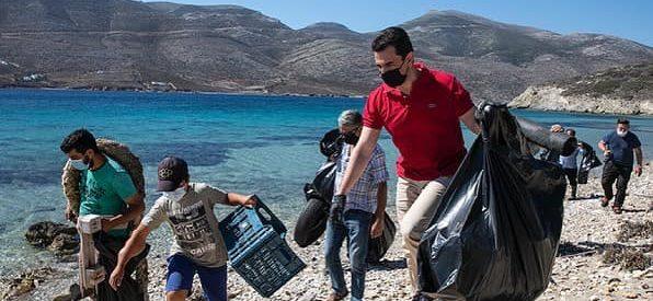 Ο Κώστας Σκρέκας, δύτες και ψαράδες,  μάζεψαν σκουπίδια από τις ακτές και τη θάλασσα στην Αμοργό