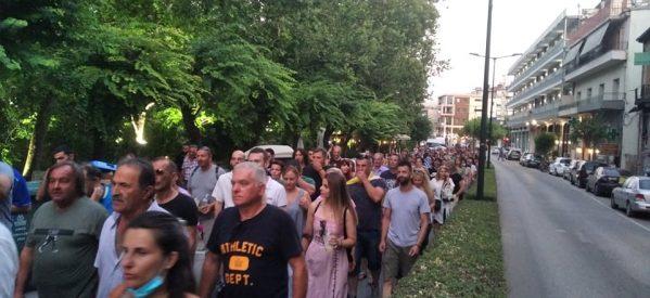 Τρίκαλα : Συγκέντρωση αντιεμβολιαστών στο κέντρο της πόλης – Πορεία σε κεντρικούς δρόμους