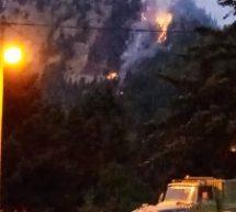 Αναζωπύρωση της φωτιάς στα Στουρναρέικα – Εξαιρετικά δύσκολη η πρόσβαση στην απόκρημνη κορυφή ύψους 1350 μέτρων