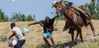Σάλος στις ΗΠΑ: Έφιπποι συνοριοφύλακες κυνηγούν μετανάστες με μαστίγια