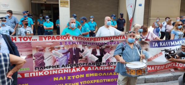 Με το «Ένα το χελιδόνι», οι υγειονομικοί διαδηλώνουν κατά των αναστολών
