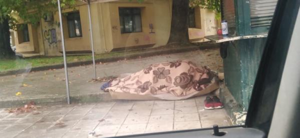 Τρίκαλα: Γροθιά στο στομάχι η φωτογραφία με τον άστεγο συμπολίτη